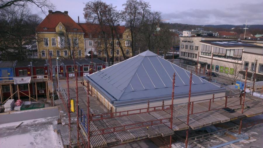 Bandtäckning av kupa på Estrad i Alingsås.